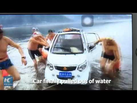 فلسطين اليوم - بالفيديو لحظة إنقاذ أب وابنه سقطت سيارتهم في بحيرة صينية