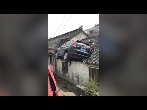 فلسطين اليوم - بالفيديو حادث مروّع ينتهي بسيارة على سطح أحد المنازل