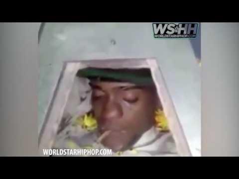 فلسطين اليوم - شاهد مشيعون يضعون سيجارة حشيش في فم جثة سجين
