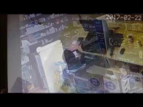 فلسطين اليوم - شاهد لحظة سطو مسلح على صيدلية وسرقتها في السعودية