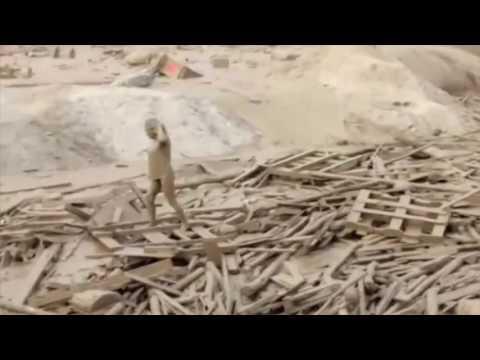 فلسطين اليوم - شاهد سيدة تخرج من فيضان طيني قاتل بأعجوبة
