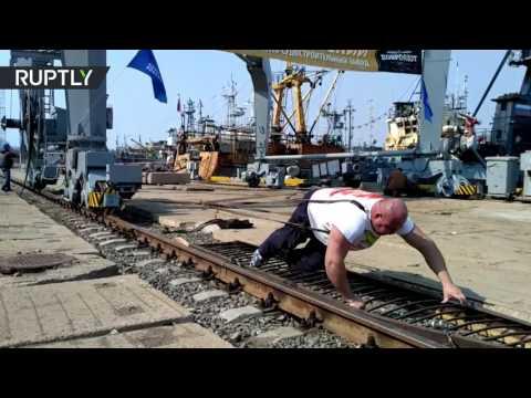 فلسطين اليوم - شاهد بطل روسي يجر رافعة ميناء تزن 312 طنًا