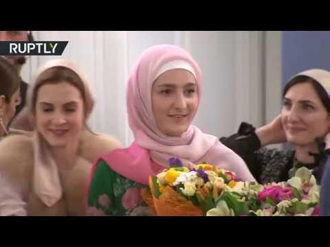 فلسطين اليوم - شاهد ابنة رئيس الشيشان تقدم أولى مجموعاتها للزي الإسلامي