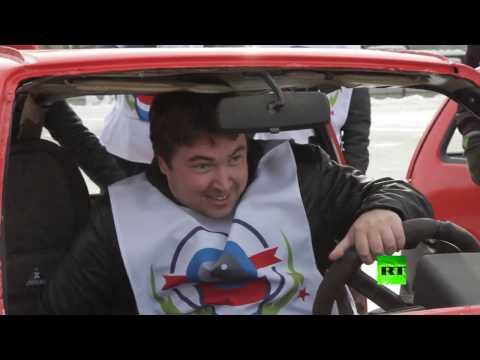فلسطين اليوم - شاهد كيرلنغ السيارات في مدينة يكاتيرينبورغ الروسية