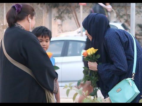 فلسطين اليوم - فتاة توزع الورود على الأمهات في السعودية