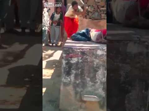 فلسطين اليوم - شاهد امرأة تلقّن زوجها علقة ساخنة في الشارع