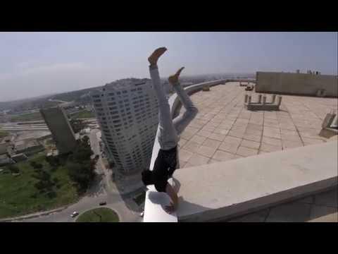 فلسطين اليوم - بالفيديو شاب متهوّر يستعرض مهاراته على حافة بناية شاهقة