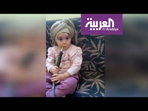 فلسطين اليوم - شاهد طفلة تدخن الشيشة والأم تصور