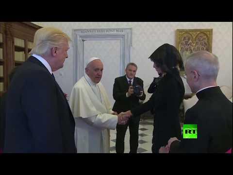 فلسطين اليوم - شاهد بابا الفاتيكان يُفاجئ ميلانيا ترامب بسسؤال لم تفهمه