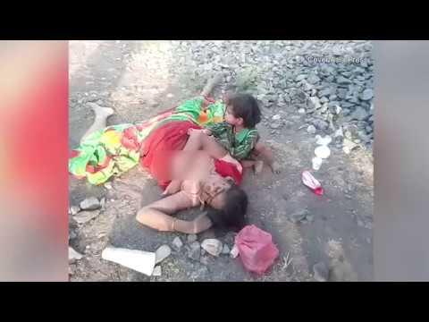 فلسطين اليوم - شاهد طفل يحاول إيقاظ والدته القتيلة