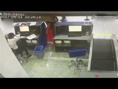فلسطين اليوم - شاهد لحظة اعتداء طالبة صينية على موظف في المطار