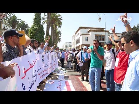 فلسطين اليوم - شاهد أساتذة حاملون للشهادات يحتجون أمام البرلمان
