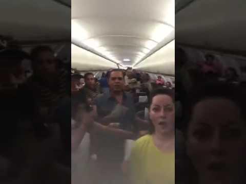 فلسطين اليوم - شاهد مشادة بين ركاب طائرة وقائدها في الكويت