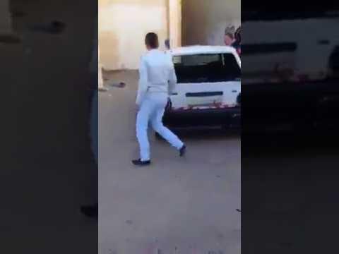 فلسطين اليوم - شاهد طلاب مدرسة يقومون بتكسير سيارة معلمهم لأنه عاقبهم