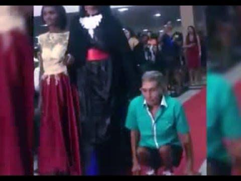 فلسطين اليوم - أب يسير على يديه لحضور حفلة تخرج إبنته