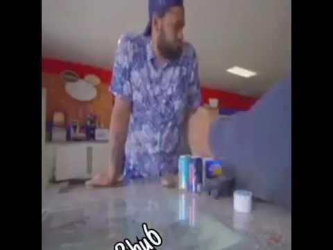 فلسطين اليوم - بالفيديو بائع يلقن لصًا سرق هاتفه الـآي فون درسًا قاسيًا