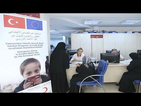 فلسطين اليوم - شاهد الاتحاد الأوروبي يقدّم بطاقات الدعم المادي للاجئين السوريين في تركيا