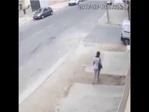 فلسطين اليوم - لحظة اعتداء لص على فتاة وسرقة حقيبتها في وضح النهار