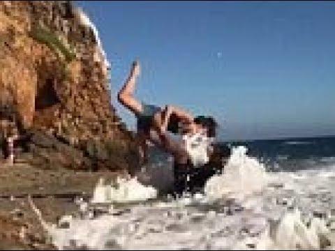 فلسطين اليوم - زوجان يتعرضان لموقف محرج على شاطئ البحر