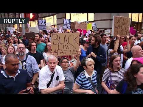فلسطين اليوم - شاهد مظاهرة في نيويورك تطالب ترامب بالاستقالة