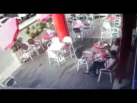 فلسطين اليوم - شاهد لحظة سرقة لص لهاتف محمول من يد صاحبه