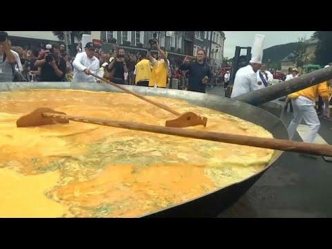 فلسطين اليوم - شاهد عشرة ألاف بيضة لصنع عجة عملاقة في بلجيكا