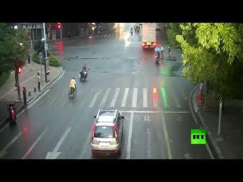 فلسطين اليوم - شاهد حادث مروري طريف في مدينة تشونغ تشينغ الصينية