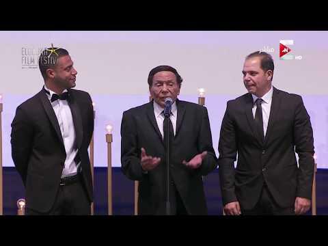 فلسطين اليوم - شاهد شريف منير ينهار من البكاء أثناء كلمة عادل إمام في مهرجان الجونة السينمائي
