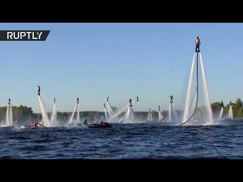 فلسطين اليوم - شاهد 60 بشريًا يطيرون فوق الماء