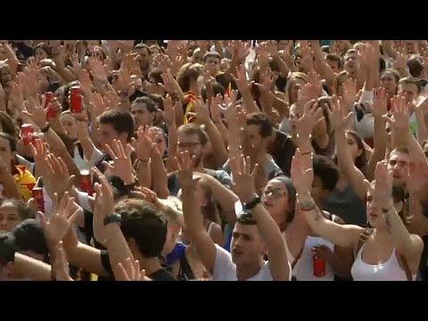 فلسطين اليوم - شاهد طلبة كتالونيا يرفعون صوتهم عاليا ضد قمع مدريد