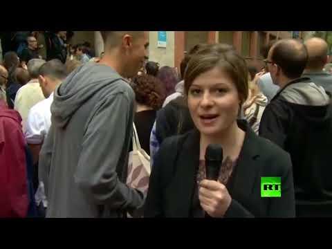 فلسطين اليوم - بالفيديو متظاهر كتالوني يقبل مراسلة أر تي على الهواء
