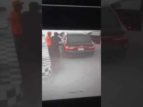 فلسطين اليوم - شاهد لحظة اختطاف عامل محطة وقود وسرقته في الرياض