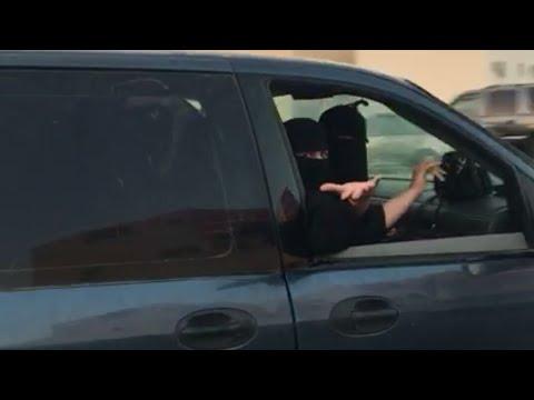 فلسطين اليوم - شاهد ردّ فعل فتيات بعد إصرار شاب تصوير قيادتهن للسيارة في الرياض