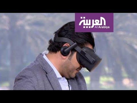 فلسطين اليوم - شاهد مذيع العربية يصاب بالدوار بعد تجربة نظارة الواقع الافتراضي