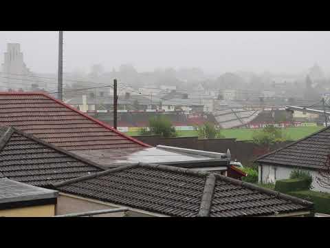 فلسطين اليوم - شاهد لحظة اجتياح عاصفة قوية لأحد الملاعب في أيرلندا