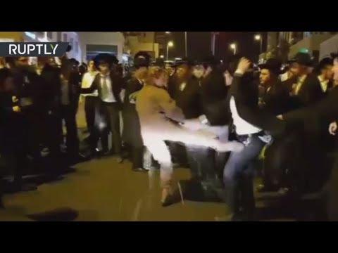 فلسطين اليوم - شاهد جندية إسرائيلية تعتدي على متظاهرين من اليهود المتشدّدين