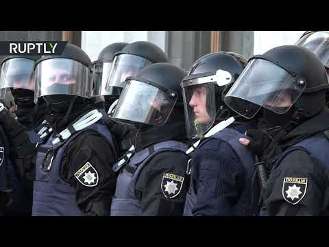 فلسطين اليوم - شاهد مواجهات بين الشرطة والمعتصمين قرب البرلمان الأوكراني