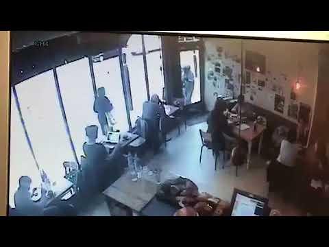 فلسطين اليوم - شاهد لص جريء يقتحم مقهى ويسرق جهاز حاسوب أمام الناس