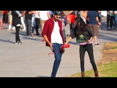 فلسطين اليوم - شاهد شاب يحصل على أرقام الفتيات باستعمال سرواله السحري