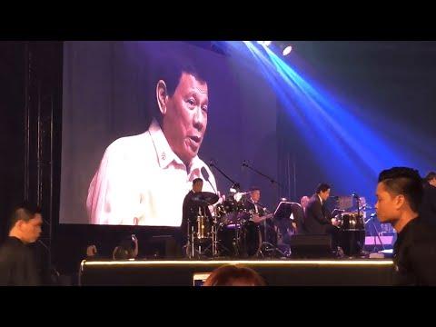 رئيس الفلبين يغني لدونالد ترامب