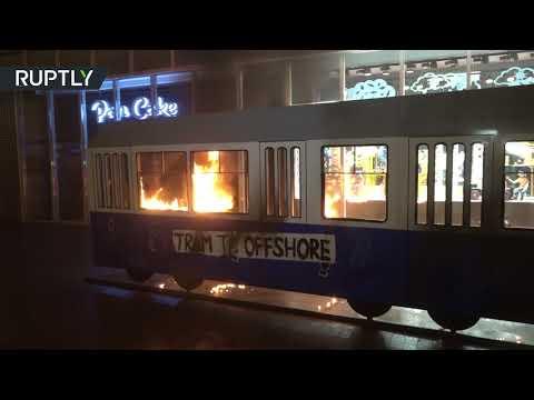 شاهد عارية تشعل ترامواي احتجاجًا على الرئيس الأوكراني