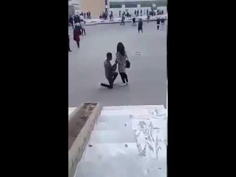 شاهد رد فعل فتاة طلب حبيبها الزواج منها في الجامعة