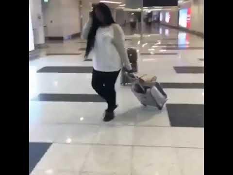 شاهد نهاية مروعة لفتاة تتباهى بشعرها داخل المطار