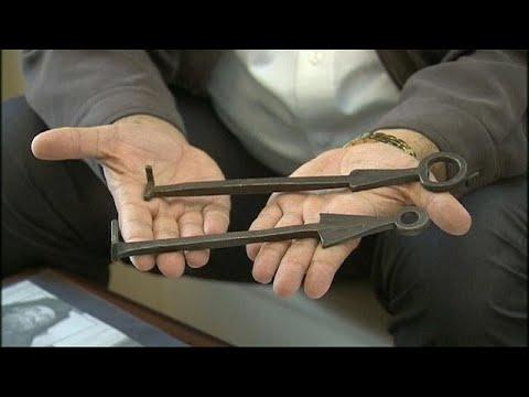 شاهد عائلتان مسلمتان تؤتمن على مفاتيح أقدم كنيسة في العالم