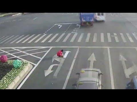 شاهد صينى يرسم علامات غير قانونية على الطرق لتفادي التكدسات المرورية