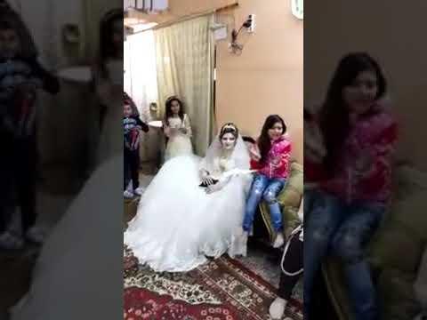 شاهد عروس تقرأ في المصحف في حفلة زفافها على غير العادة