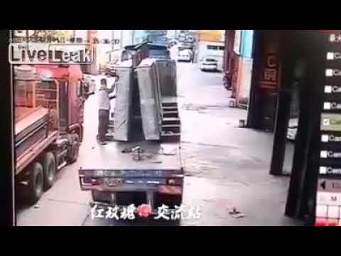 شاهد شحنة زجاج تتحطم فوق عامل أثناء نقلها في الصين