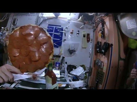 شاهد رواد فضاء يعدون البيتزا هكذا مع انعدام الجاذبية