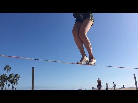 شاهد امرأة تمشي على الحبل بالكعب العالي