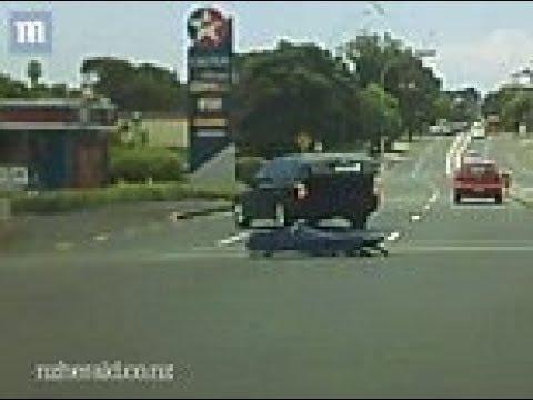 شاهد سقوط جثة من سيارة موتى وسط السيارات